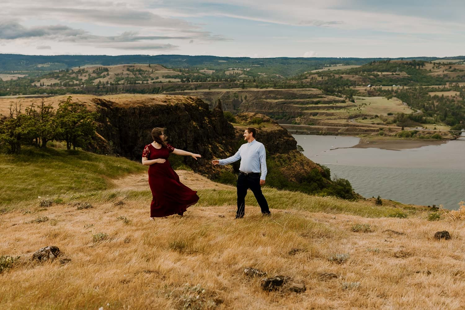adventure photos near Portland of pregnant woman in the columbia river gorge