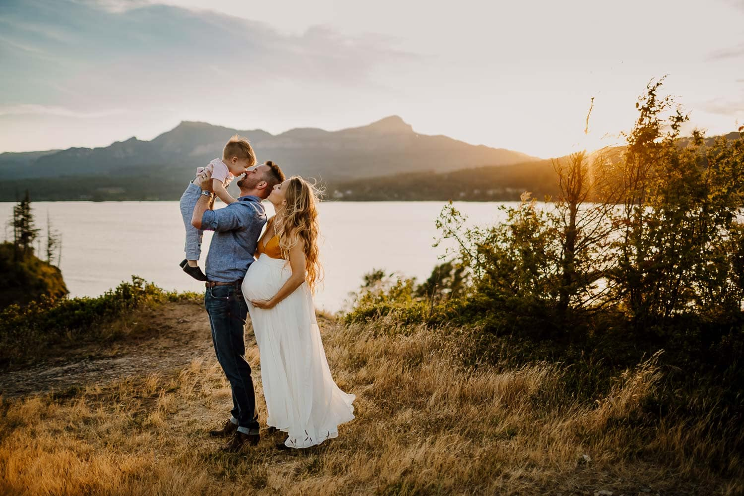 maternity adventure family photos in the columbia river gorge