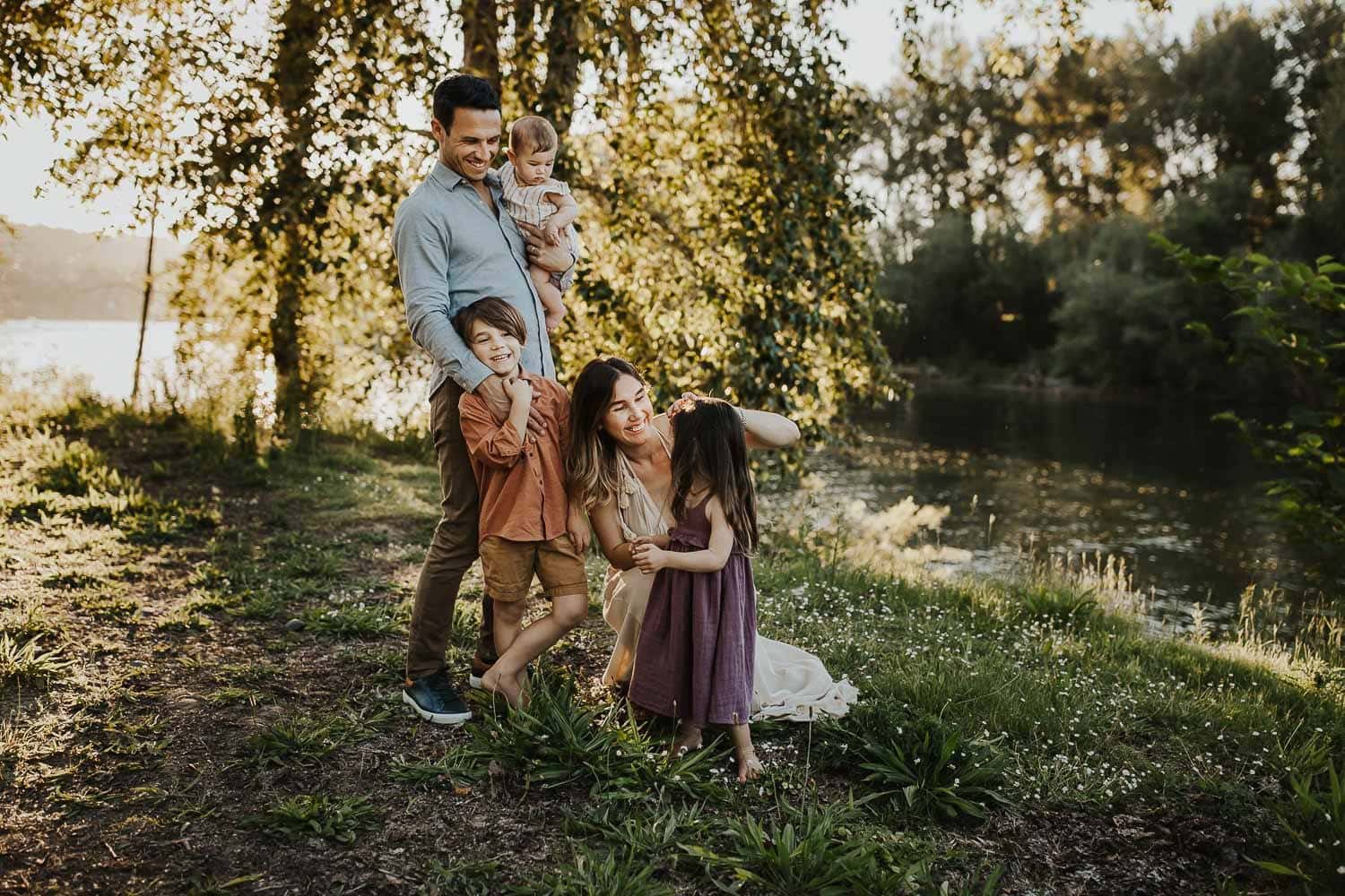 Oregon City family of five playing and laughing together