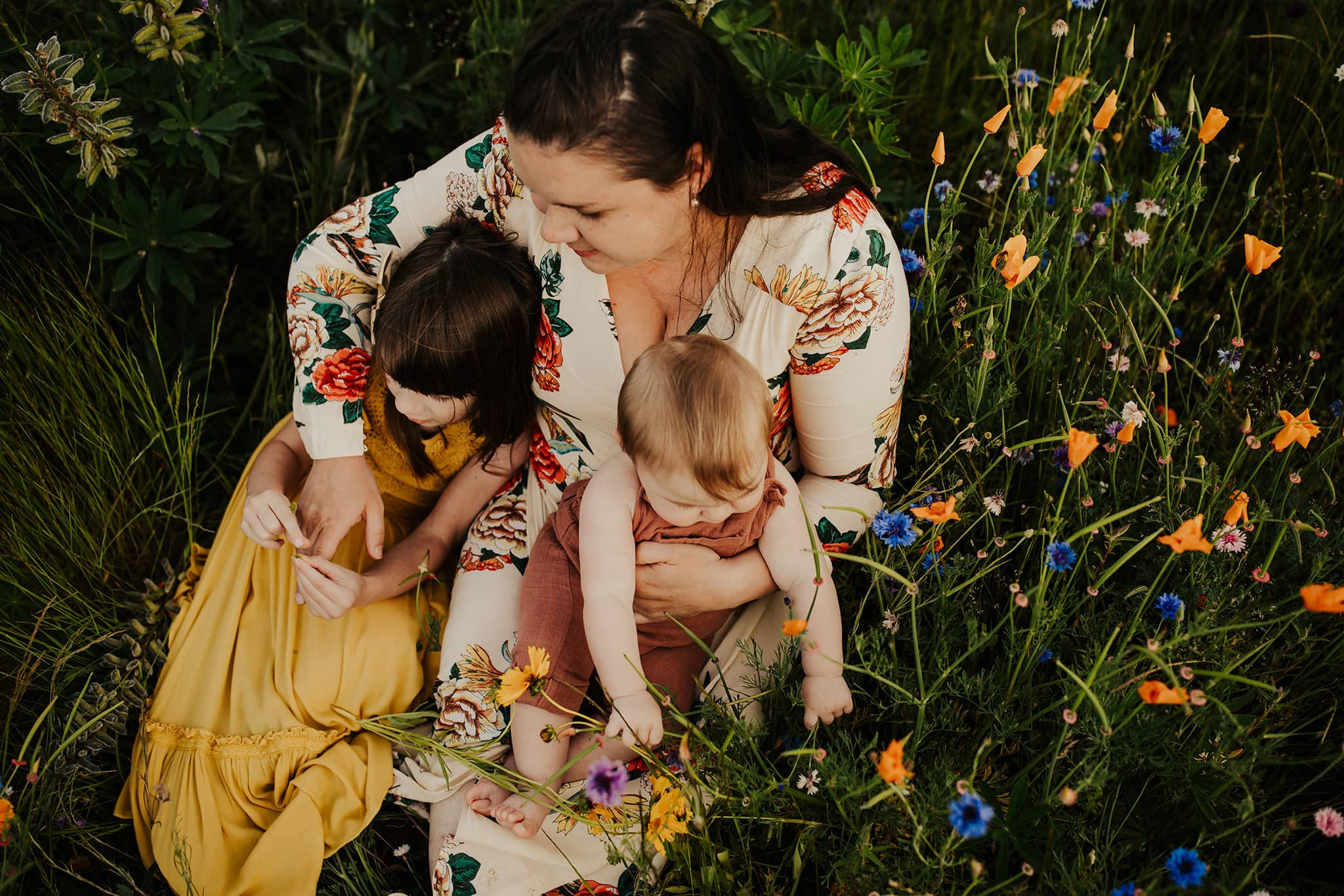 Mom holding her two kids - how to pick colors for photo shoot